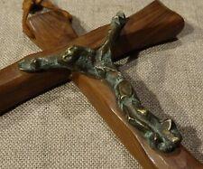 Crucifix mural Christ bronze patiné croix en bois d'olivier estampillé G Moutié