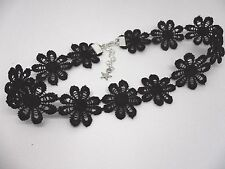 A LADIES GIRLS PRETTY BLACK DAISY FLOWERS  FESTIVAL CHOKER NECKLACE . NEW.