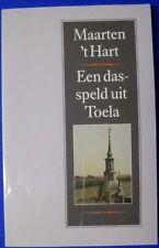 Een dasspeld uit Toela Maarten 't Hart