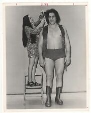 1974 ANDRE THE GIANT GETS HAIRCUT WRESTLING PRESS 8X10 PHOTO USE THE WRESTLER