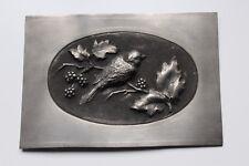 """Décor, plaque en étain ,"""" oiseaux et mûres """" signée M.Collet 25 cm x 17 cm"""