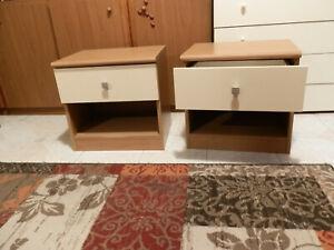 coppia di comodini color noce chiaro e crema con cassetto scorrevole