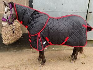 Black Equestrian Tack & Care Stable Rug 200g complete with Detachable Neck