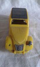 Auto miniature plastique - Berline Citroën 2CV (BS) manque un phare avant