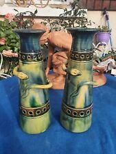 """Belle paire de vases anciens en terre cuite émaillée """"Décor aux serpents"""" signé"""