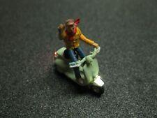 F56 - H0 Motorroller mit LED Beleuchtung Roller mit Figur Mann winkend 1:87