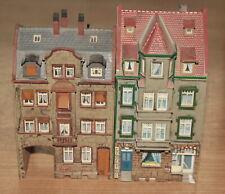 Spur H0 zwei Altstadthäuser mit Ladenlokal bzw Durchfahrt Höhe ca 15/17 cm