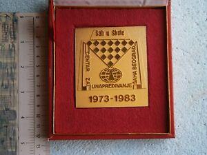 1973 CHESS SPORT MEDAL PLAQUE IN BOX YUGOSLAVIA BELGRADE CHESS SCHOOL  BEOGRAD