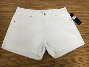 🔥 NEW Woman BEBE White JEAN SHORTS Size 32 Silver Beaded Back Pocket $59.00