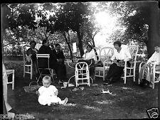 Réunion de famille jardin enfant  - ancien négatif verre photo - an. 1910 1920
