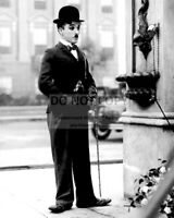 """CHARLIE CHAPLIN IN THE 1931 FILM """"CITY LIGHTS"""" - 8X10 PUBLICITY PHOTO (SP128)"""