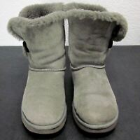 UGG AUSTRALIA BAILEY BUTTON GRAY SUEDE ANKLE BOOTS WOMEN (W7) SHEEPSKIN LINING