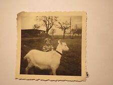 kleines Kind mit Ziege / Foto