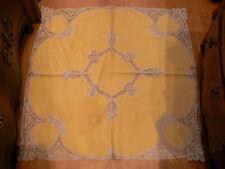 ancienne petite nappe jaune incrustations de motifs en dentelle