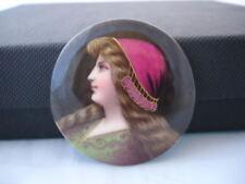Medallón porcelana pintada. Color. Busto de mujer. Años 50. Forma ovalada