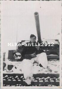 Foto, Wk2, Panzermann mit Schneehose auf Panzer III (N)50189
