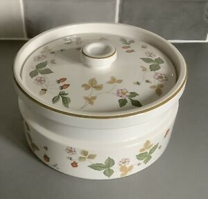 """Wedgwood Wild Strawberry Oven to Table / Tableware Casserole 7 1/4"""" Diameter"""