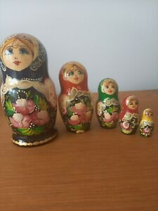 SET OF 5 RUSSIAN NESTING DOLLS. WOODEN & HAND PAINTED