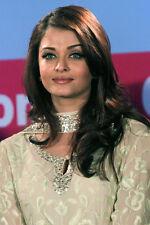 Aishwarya Rai 11x17 Mini Poster Candid Pose Smiling In Green Gown