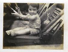 PHOTO ANCIENNE - VINTAGE SNAPSHOT -ENFANT VOITURE CONDUITE VOLANT POLAROID DRÔLE
