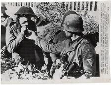 Landser gibt englischem Gefangenen Feuer. Orig. US-Presse-Wirephoto, von 1943