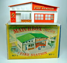 "Matchbox Fire estación mf-1 techo rojo en top box con ""verde"" figura"