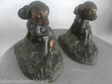 Deux chiens en régule . Dogs statues