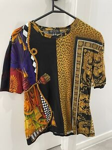 VERSACE Signature Sipario T Shirt Size Large (Fitted Style) Authenticity Tag
