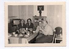 PHOTO ANCIENNE Snapshot Poste Télé Télévision TV Amis Cigarette Drôle Vers 1950