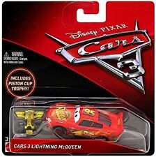 Mattel Disney Cars 3 FNG17 DieCast Lightning McQueen inklusive Piston Cup Trophy