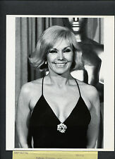 SEXY KIM NOVAK AT THE 1979 ACADEMY AWARDS - IN FRONT OF  OSCAR STATUE