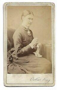 Femme Porte Grand Médaillon; Photo Par Arthur King, Notting Hill Avec (4251)