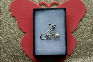 BEAUTIFUL FASHION BROOCH WITH CAT & BALL 8.9 GR. 3 X 3.5  CM. WIDE IN GIFT BOX