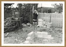 Photo 12 x 9 vintage enfant garçon debout bras en l'air drôle funny 1966 jp046
