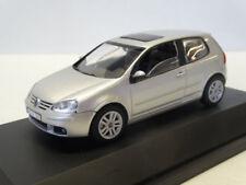 AutoArt: VW Golf 5 2004 Reflexzilver Metallic 821930107