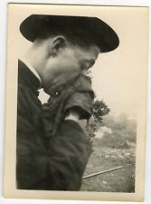 PHOTO ANCIENNE - CURÉ MALADE RELIGION HUMOUR GAG - PRIEST FUNNY-Vintage Snapshot