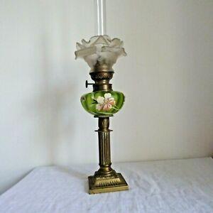 ANCIENNE LAMPE A PETROLE VERRE EMAILLE VERT et GLOBE FLEUR  Fin XIXe
