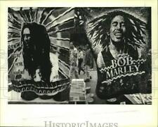 1994 Press Photo Spectators view memorabilia at Bob Marley Festival, New Orleans