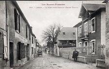 D64 BASSES-PYRENEES - LAGOR < VUE ANIMEE DE LA RUE PRINCIPALE ET CHALET TROUIL