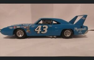 1/25th scale diecast Richard petty Autographed NASCAR 1970 SuperBird #43 Racing