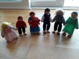 Melissa & Doug Wooden 7 Piece Dolls House Family