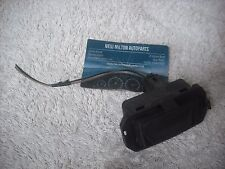 A GENUINE RENAULT LAGUNA 2  BOOTED SALOON  TRUNK RELEASE SWITCH  98091103