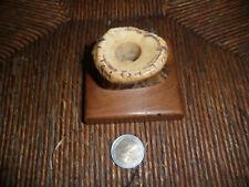 Art populaire,petit encrier en corne de cerf et bois,signé sous le socle -424-