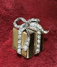 TRUE VINTAGE GOLD TONE BOW WRAPPED PRESENT BROOCH DIAMANTE