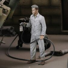 Royal Models 1/35 Soldier Spray Painting