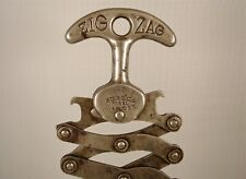 """Cavatappi Corkscrew Tire bouchon """"ZIG-ZAG"""",lamiera, manico in 2 parti, anni '40"""