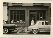 PHOTO ANCIENNE - VINTAGE SNAPSHOT -VOITURE AUTOMOBILE MAGASIN LITERIE TAPISSERIE