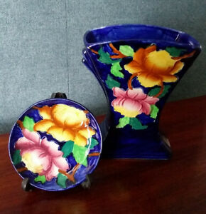 IMMACULATE VASE AND PIN DISH IN COBALT BLUE PEONY PATTERN.
