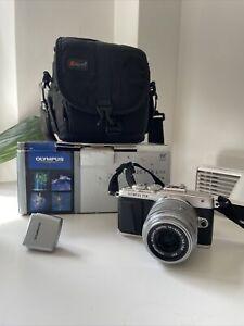 Olympus PEN E-PL7 Lite Digital SLR Camera. Silver / Black With Lens Flash & Bag