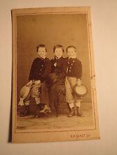 3 Jungen mit Hut - Kulisse / CDV Gustav Adolf Quast - wohl Österreich-Ungarn